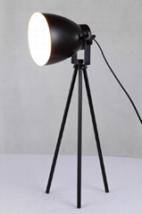 Tripod desk lamp with spray-paint finishing