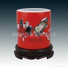 中国红瓷笔筒