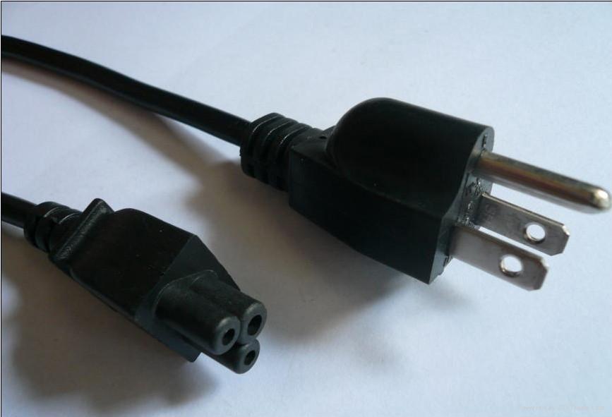 插座上的电源线自燃