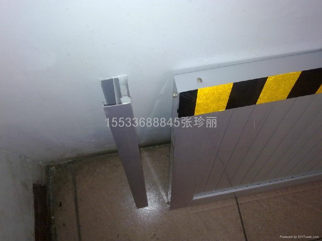 电力电信机房配电变压器上爬行,致造成变压器瓷瓶接线柱