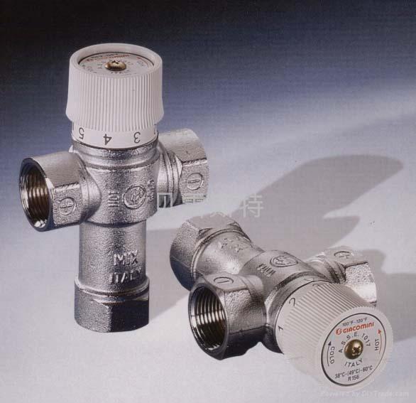 用于卫浴水系统的冷、热水自动混合,它可以自动保持出水温度达到您所设定值,避免水温过高带来的潜在危险,使您洗浴热水更舒适,而且可以节能。它可以应用于锅炉、壁挂式家用锅炉、燃气热水器、储水式锅炉以及太阳能热水器等装置中,尤其是在太阳能热水系统中更为重要,当在炎热的夏天阳光灿烂的天气,水温可能出现过高的情况。这时如果有了R156,一切就变得轻松简单了。 在卫浴单手柄冷热水混合中应用R156更是优点多多,维持恒定的出水温度只需简单操作一下手柄拧到您所需要的刻度而已。