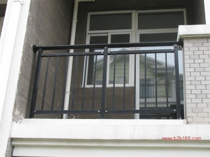 拼装护栏无焊接镀锌钢管阳台护栏,采用先进的金属表面防锈蚀处理工艺和高端的汽车漆涂装技术,色彩丰富,具有良好的安全性和较高的装饰性,避免了不锈钢护栏的冷竣单调与高昂的代价,也没有铁艺护栏或普通铁管焊管护栏生锈的烦恼,是现代楼宇阳台。玻璃阳台,玻璃飘窗。空调护栏的理想选择!