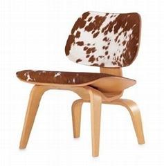 面料為自然奶牛皮的伊姆斯曲木夾板椅子