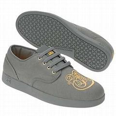 Skateboard boots