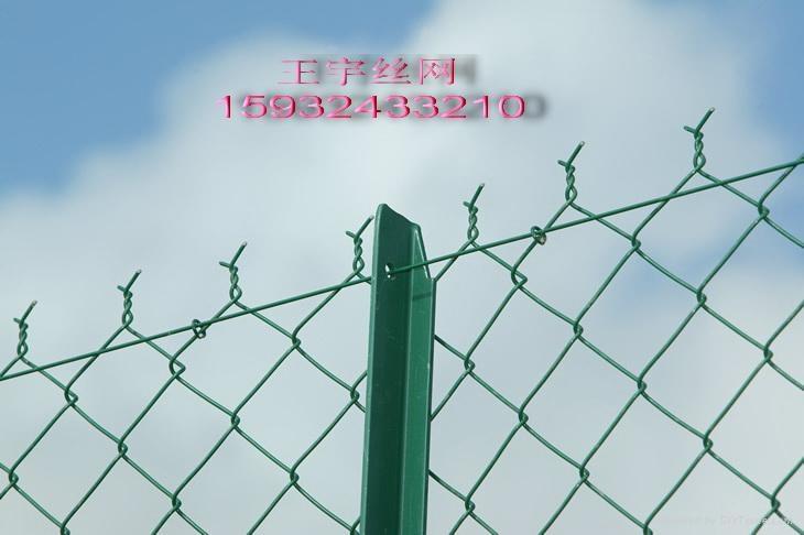 菱形鐵絲網有名勾花鐵絲網,勾花網 按叫法分為:勾花網、菱形網、斜方網、環連網、環鏈網、勾網、錨網、防護網、養殖圍欄用網、活絡網。   按表面處理:電鍍鋅-勾花網、熱鍍鋅-勾花網、塗塑勾花網(pvc、pe包塑)、   浸塑勾花網、噴塑勾花網。   按用途:裝飾勾花網,簡易勾花網(簡易護欄網),防護勾花網   另一種分類:不鏽鋼勾花網(材質201,302,304,304L,316等等無需表面處理)。 材質:優質低碳鋼絲(鐵絲)、不鏽鋼絲、鋁合金絲。 編織及特點:網孔均勻、網面平整、編織簡潔、鉤編而成、美觀大方