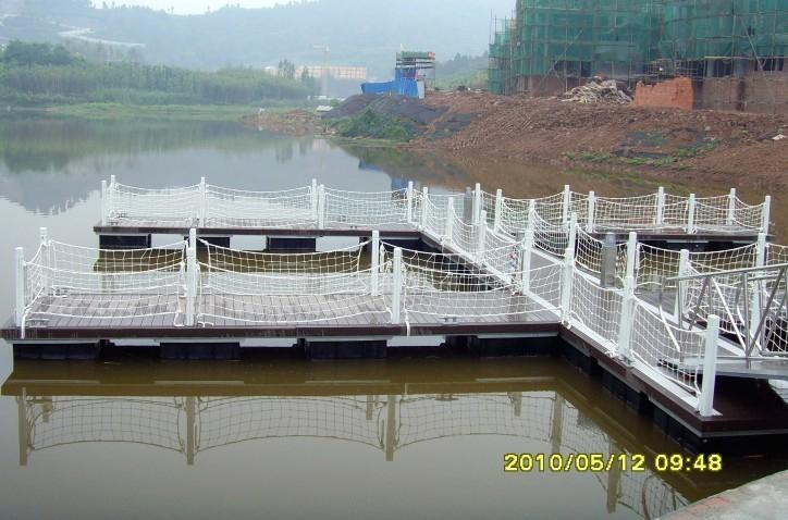 我司的钢结构游艇码头采用了hdpe浮箱+热镀锌钢结构+木