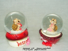 Hotsale resin wedding snow globe