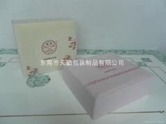 粉红色包绒布化妆盒