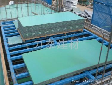 木模板是我国建筑行业主流,但木模板也有很大缺点:遇水开胶,经济效益