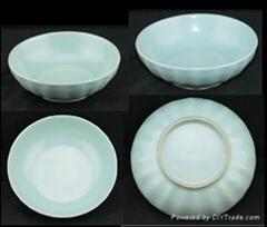 明代龙泉窑粉青秞菊瓣纹小碗