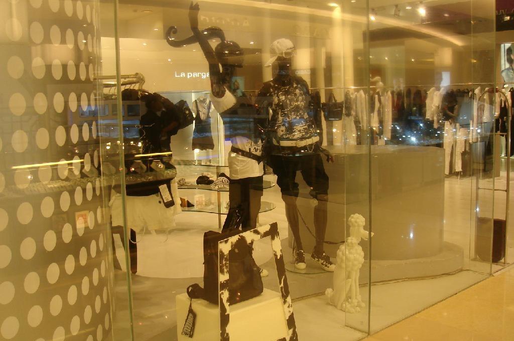 日韩女装店橱窗效果图