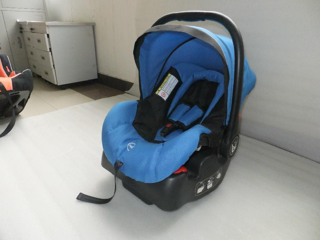 baby car seat with base,which can be very convenient . 3