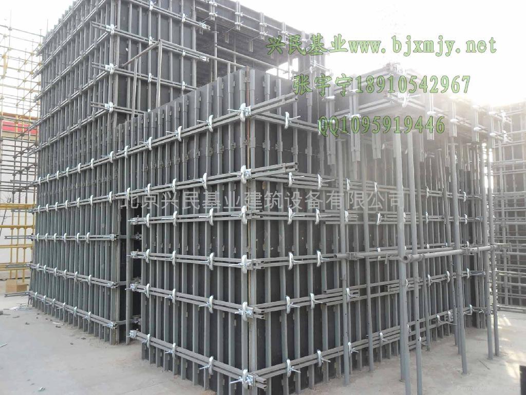 剪力墙墙体模板支撑架的安装流程是: 第一步:拼装模板,根据墙面配制模板、钻孔,然后将模板竖立,拼装整体内外模板同时进行。 第二步:安装竖梁:把可调节竖梁调节到适用的长度,竖梁直接与模板结合,承载墙体模板现浇砼所产生的压力,因而每块模板与模板之间的对接缝需要固定一根竖梁,用钉子固定好,剩余部分布满即可。 第三步:安装横梁:横梁用弓型配件和穿墙螺丝连接锁紧即可。 第四步:墙体内角用阴角,外侧用阳角锁具,门口和窗口用过扣卡锁紧。 第五步:可调剂斜支撑的安装:上端与横梁连接,下端与地锚连接,以保证墙体的垂直度。