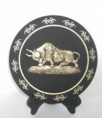 活性炭雕圆盘摆件富贵金牛