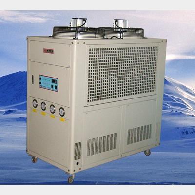 風冷箱型冷水機組 1