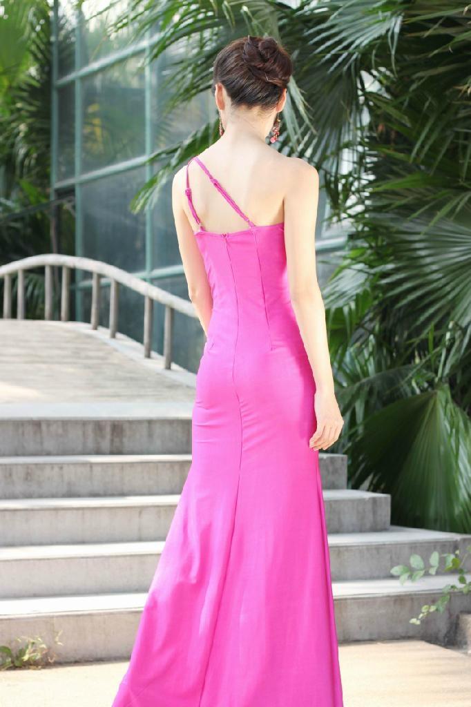 粉色时尚单肩礼服 3