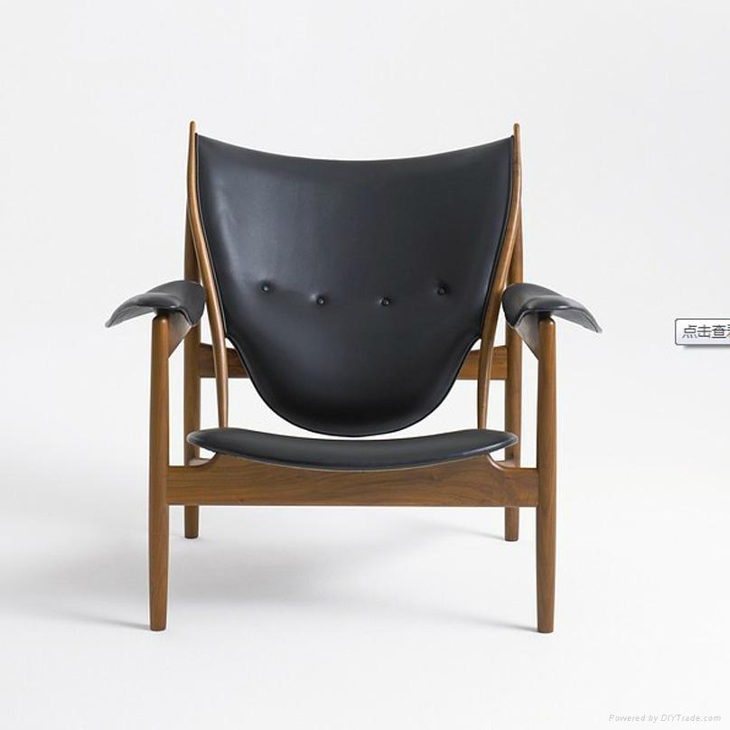 土司椅Chieftains Chair 产品简介: 尺寸: 82cm80cm68cm 设计师:Finn Juhl 设计时间:1939年设计 材质:实木加进口羊毛绒布以及高弹海绵 工艺:纯手工制作 颜色:红色黑色白色蓝色等多种颜色可选 重量:约38kg 体积:0.5m 产品故事 塘鹅椅(Pelikan Chair)是丹麦著名的设计芬居尔在1939年设计的,塘鹅椅(Pelikan Chair)线条优美,创意独特,在冬天的时候,塘鹅椅(Pelikan Chair)还可以起到保暖的作用,之所以叫塘鹅椅(Pe