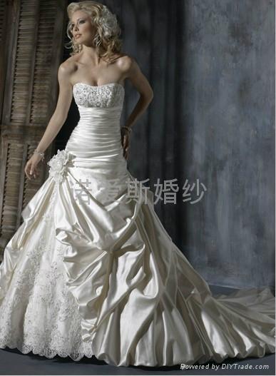 2014新款婚緞面蕾絲花朵拖尾婚紗 1