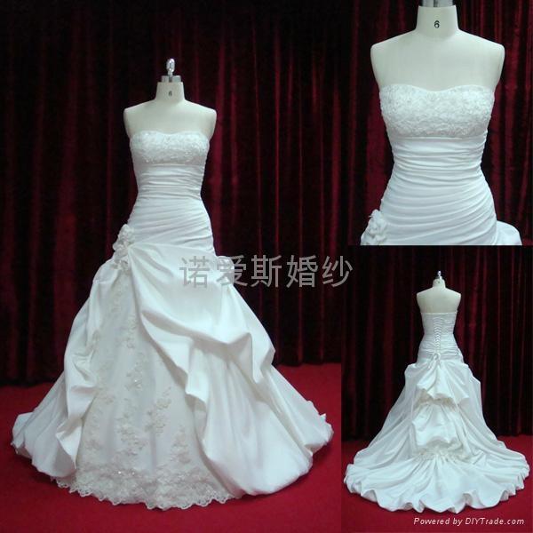2014新款婚緞面蕾絲花朵拖尾婚紗 3