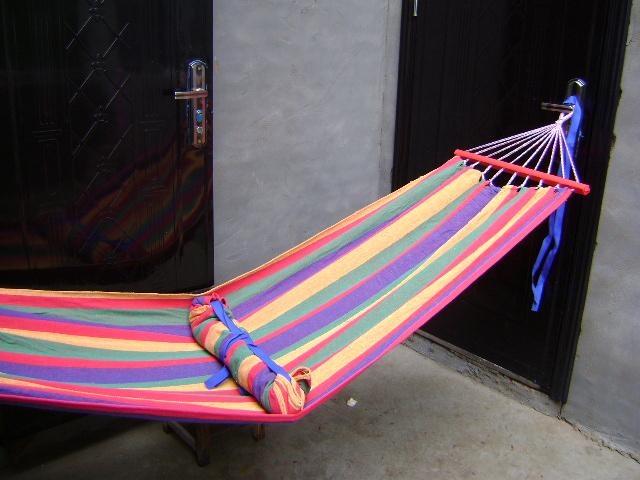 1,厂家低价供应彩条帆布有木杆的吊床。 2,吊床总长260厘米,布的长度185厘米,宽80厘米,重1300克。 3,吊床安全承重120公斤。 4,批发50个起,每个23元, 5、吊床配送有2条绑绳。 我们生产出售的吊床绝对是市场最低价,请不要在议价。 使用吊床注意事项: 1.在使用过程中不要用力过猛,以免接点断裂。 2.