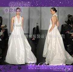 卿城婚纱礼服定制~深V领舒适前卫流行嫁衣~拍照婚礼冷艳新娘