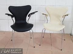 Arne Jacobsen Series 7 armchair (seven armchair)