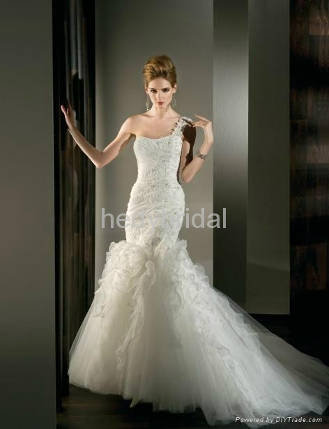 slimming fitted mermaid fit and flare applique wedding dress wedding gown 2