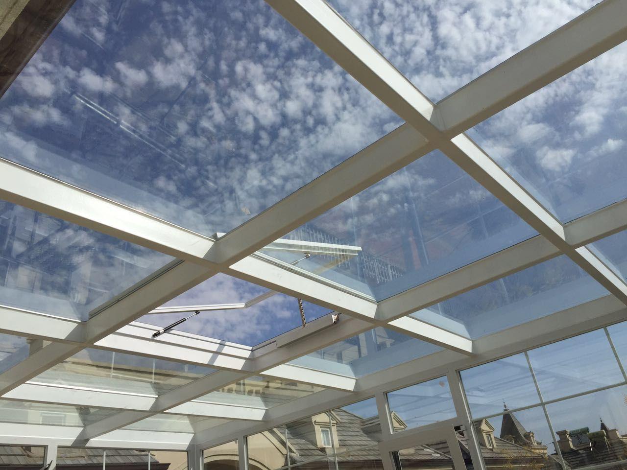 如果阳光房用来晾晒衣服或存储杂物,那么保证使用安全即可,不需要把钱花在断桥铝、夹胶中空玻璃等提升隔热保温性能方面的增项。 如果阳光房偶尔会客、种种绿植,需要环境稍微好点,那么阳光房要强调一个通风体验。通过窗型选择开启灵活的推拉窗,增加开窗数量、增宽开窗面积等加强通风。 如果阳光房会打扮成茶吧、休闲吧、起居室等生活使用需求更大的场景,那么阳光房一定要在以上基础上,提高隔热保温效果