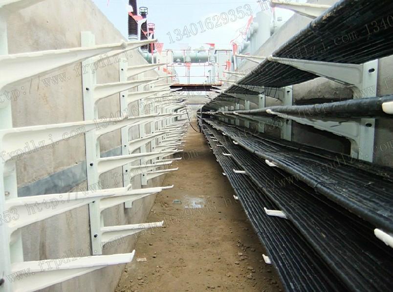 一、產品簡介 產品材料為高分子復合材料,由樹脂、玻璃纖維及填料組成,其特點是材料性能和產品的要求同時設計,並且材料的製作和產品的製作同時進行。 組合式支架 由托臂、立柱和銷子組成。立柱為槽型材料,可根據需要任意截取長度,調節層高,自由裝配;托臂有L250 L350 L450 L600 L800五種規格供選擇,滿足不同長度和荷載要求。 安裝步驟: 1 用M12膨脹螺栓將槽鋼固定牆面 2 將托臂放置所需高度 3 插上銷子固定 單件式支架 安裝靈活簡便的L300和L400專為電纜總寬度<400mm和牆面不