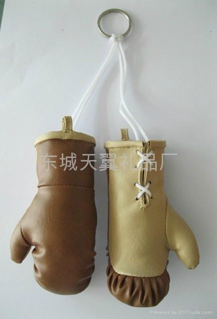 mini boxing glove keychain 1