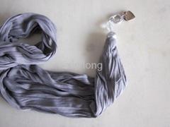 新款纯色配金属塑料配饰围巾