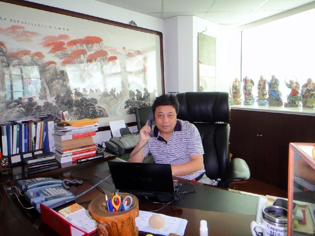總經理田聖龍先生與客戶交流中
