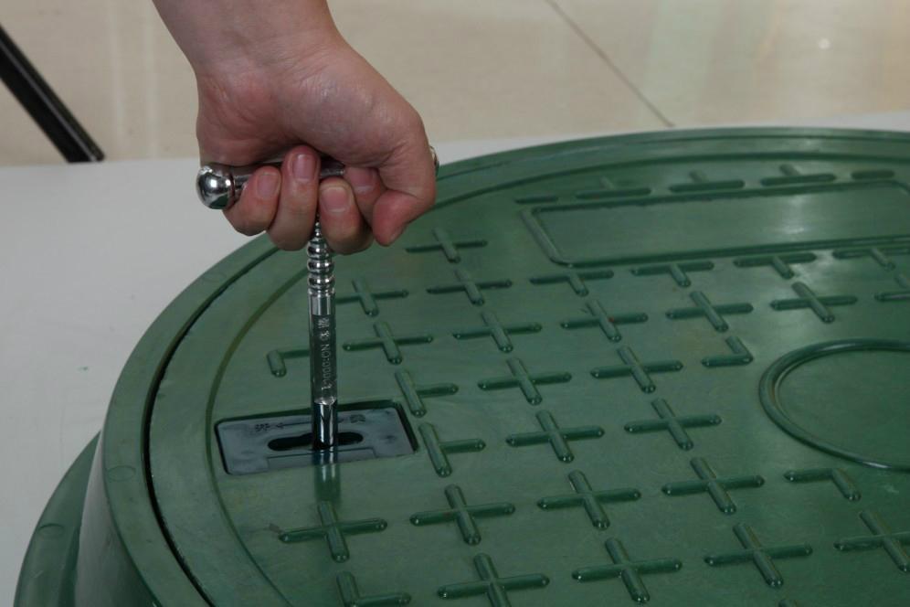 Lockable manhole covers
