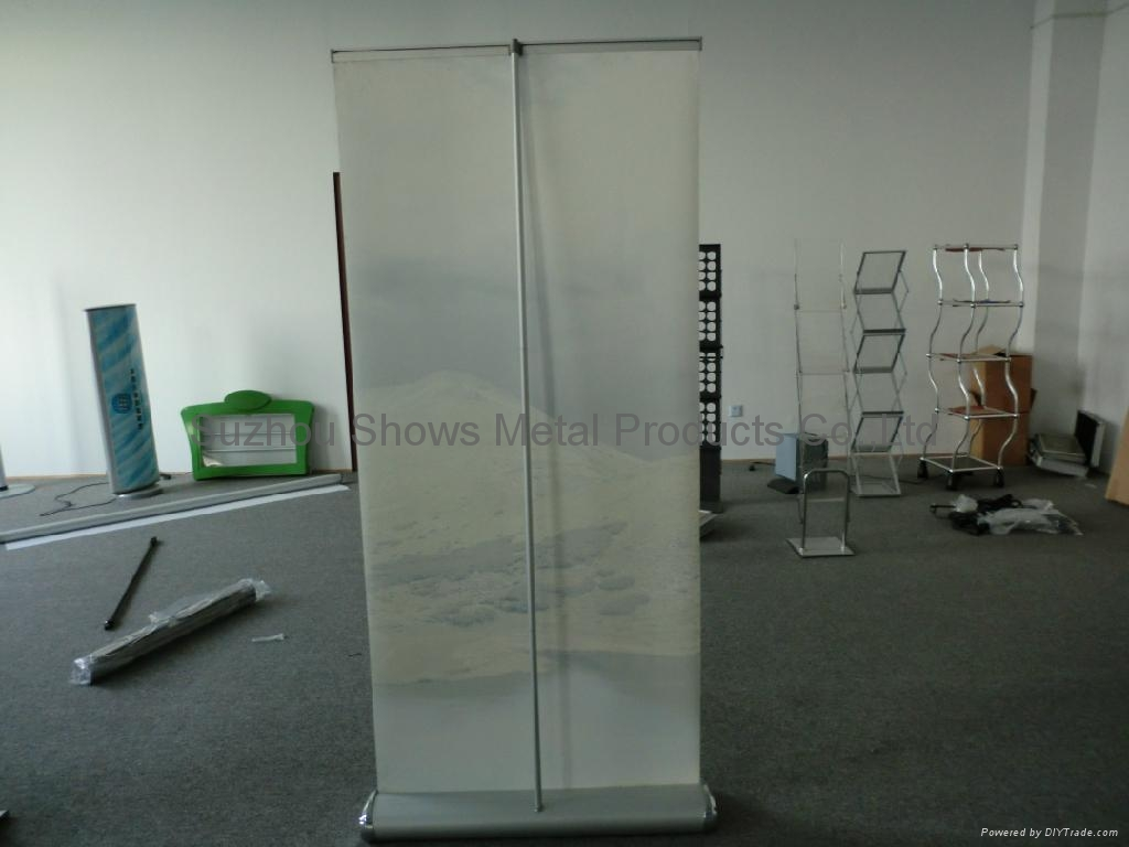 Wide base roll up banner stand 3