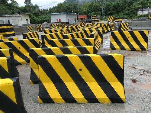 惠州市防撞水泥墩 1