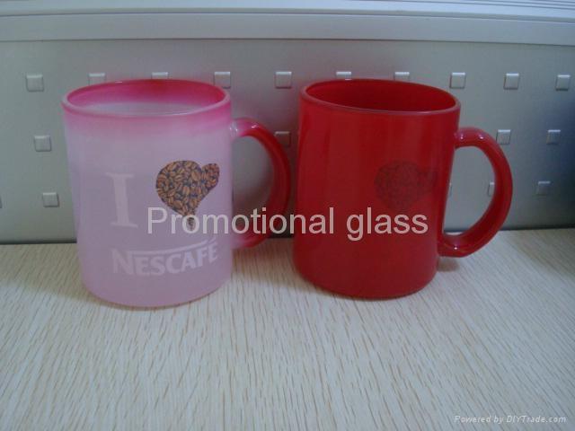 11oz red change colour glass mug with handle 3