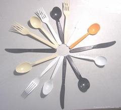 一次性大号或中号塑胶餐具