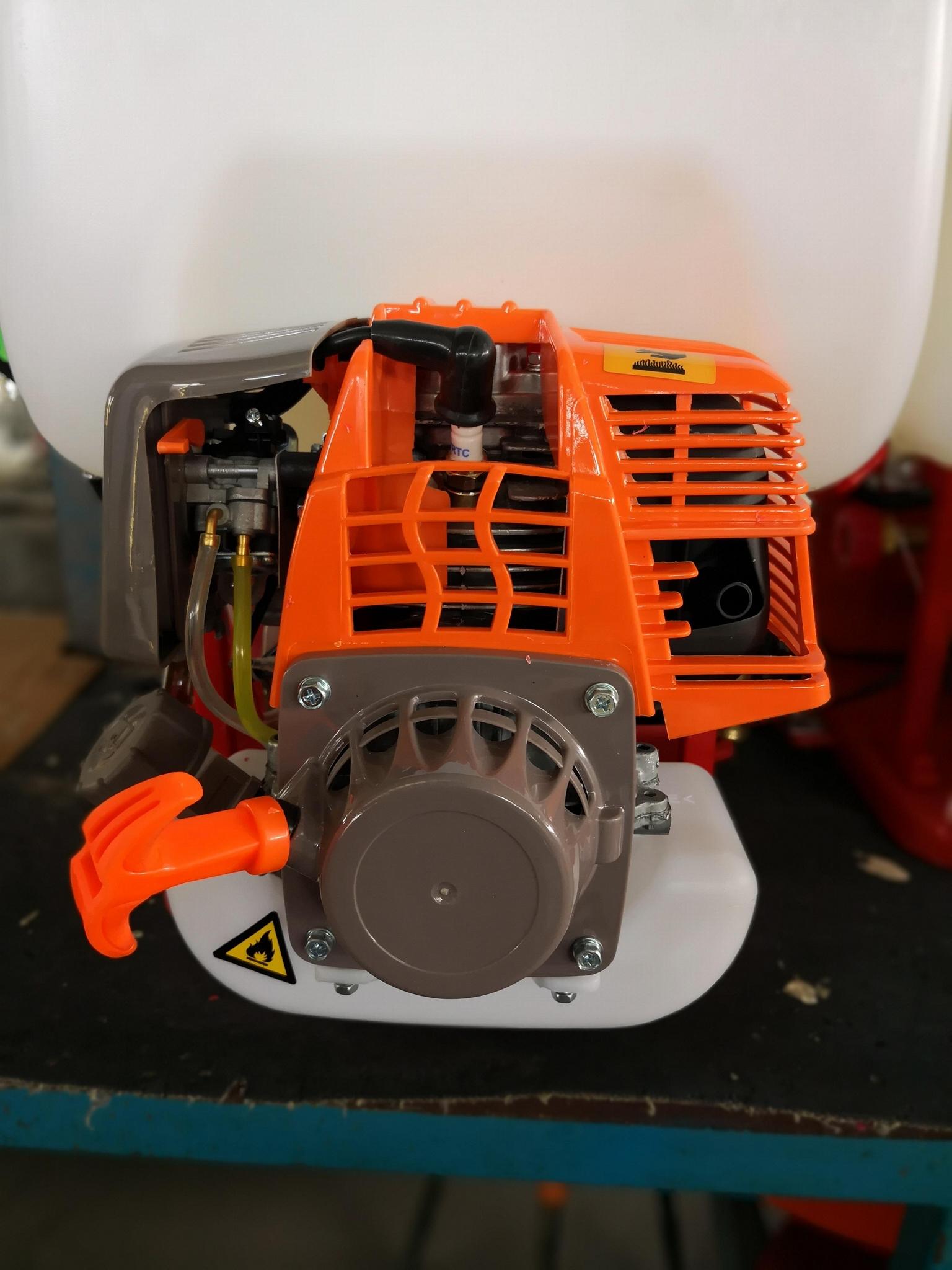 揹負式動力噴霧機 2