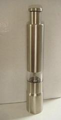 Manual salt grinder