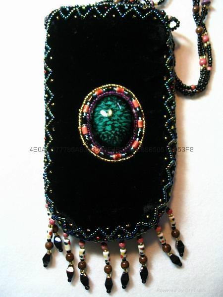 手工釘珠金絲絨手機包 1