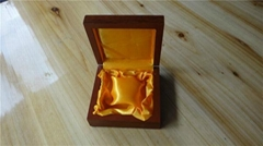 喷亮光油漆的首饰木盒包装