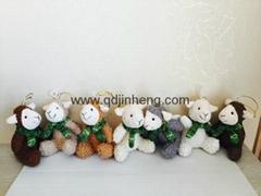 配圍巾的填充羊