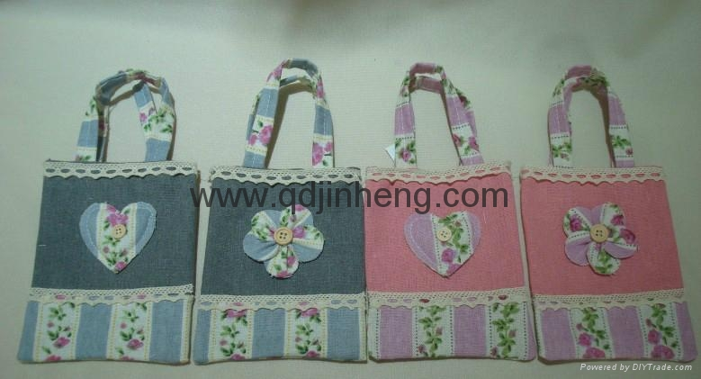 flax material square handbag with heart decoration