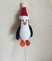 填充企鵝配聖誕帽子和插枝