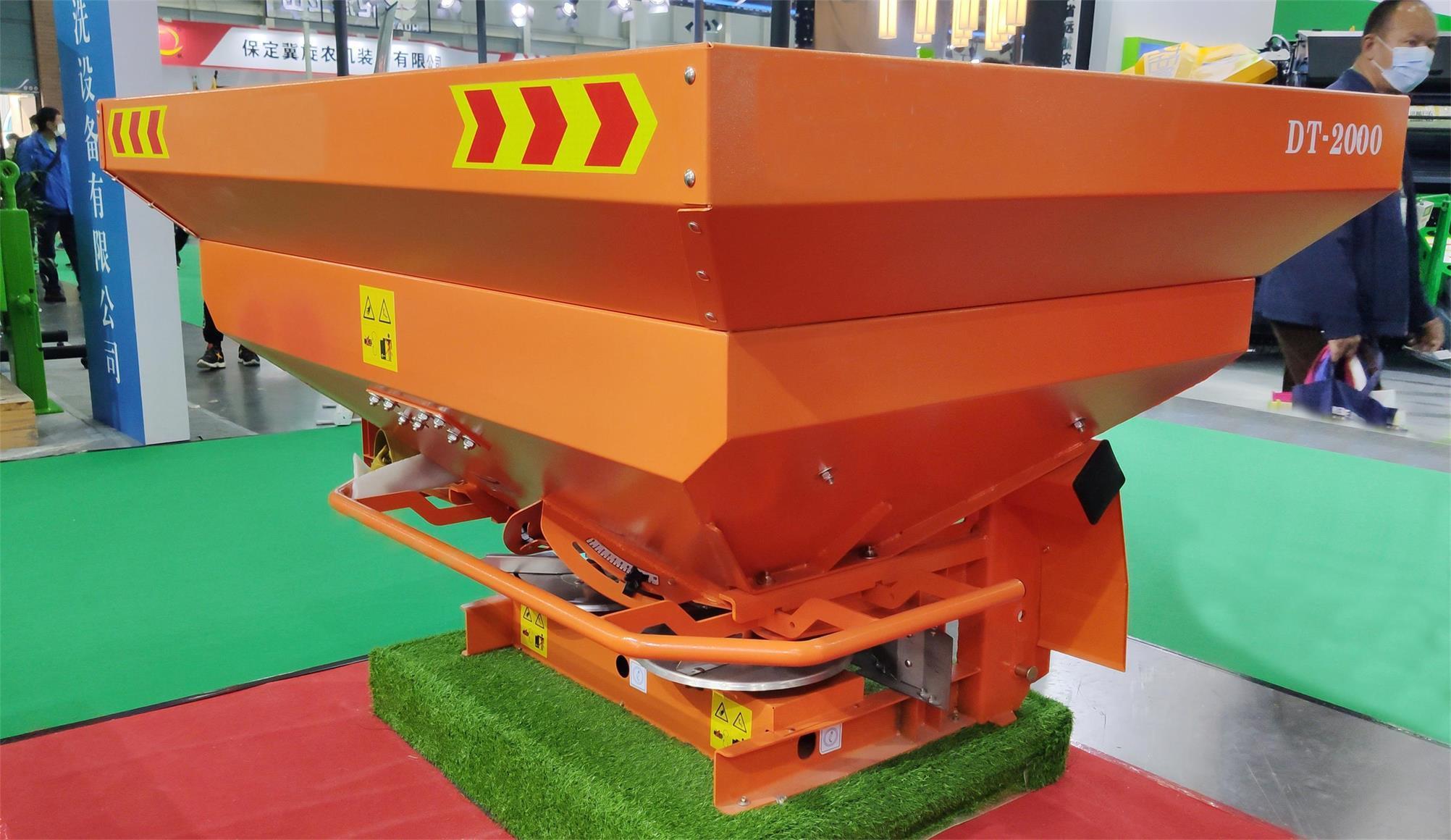 PTO driven double disc fertilizer spreader