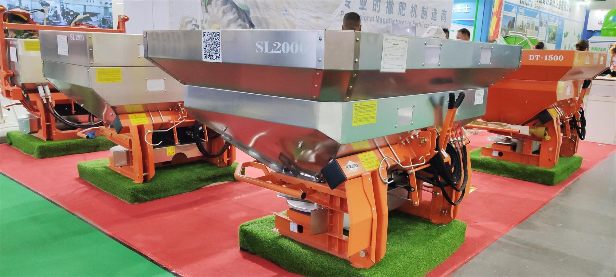 Double disc hydraulic motor drive spreader