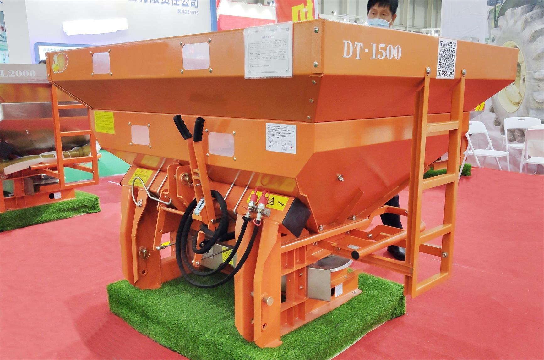 Tractor farm fertilizer spreader machine