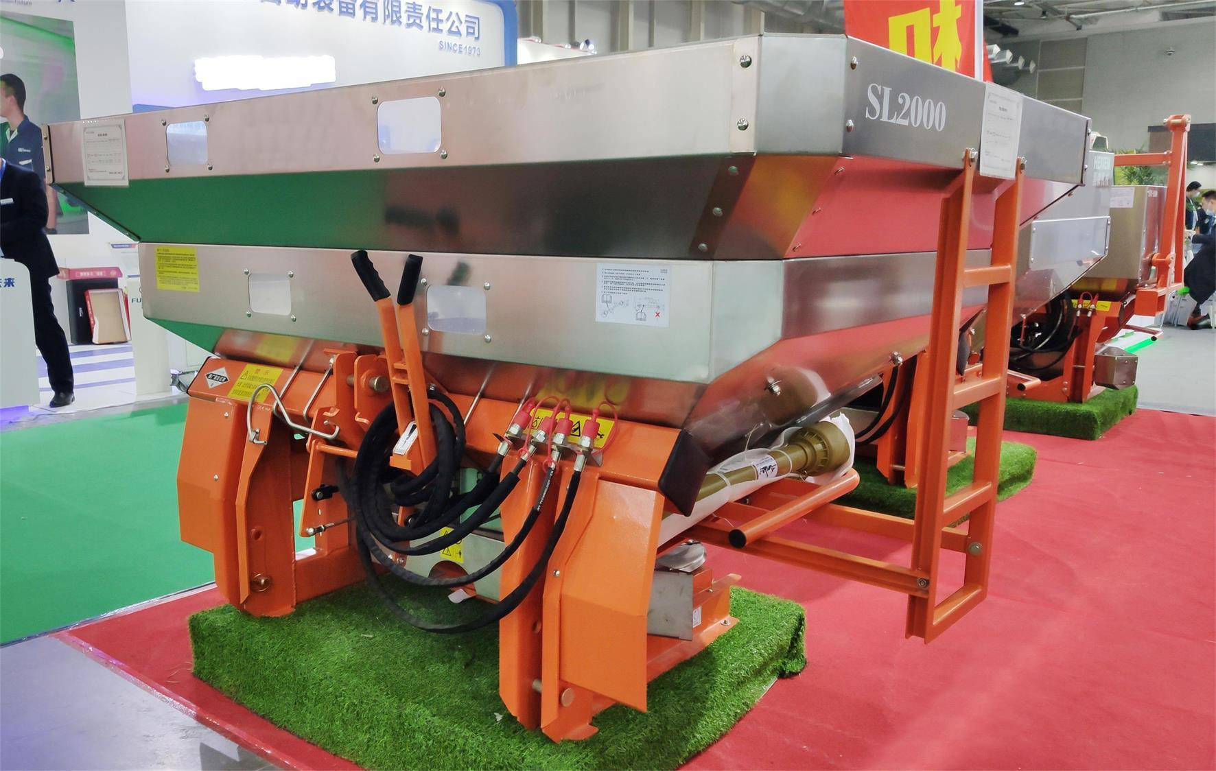 Agricultural tractor mounted PTO double-disc fertilizer spreader