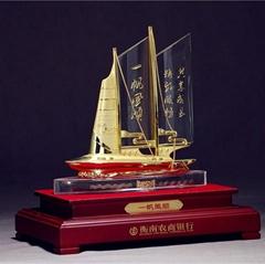 一帆风顺金色水晶船