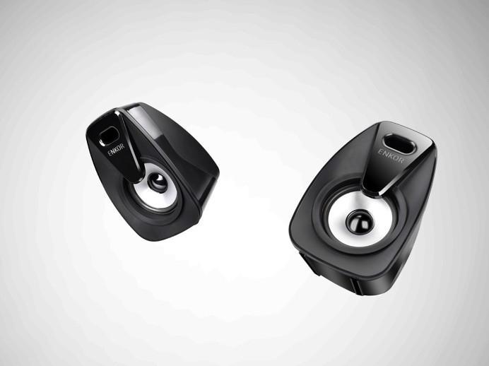 側面控制功能及操作,簡單便捷,沒有獨立低音旋鈕,電源開關,音頻輸入及輸出,還有3C認証標誌,環保標誌等。